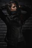 Modemodell som poserar i reptilläderväst Royaltyfri Bild