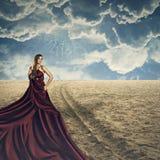 Modemodell som poserar med den långa klänningen Arkivfoto