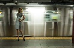 Modemodell som poserar på NYC-gångtunnelen Royaltyfria Bilder