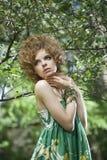 modemodell som poserar utomhus arkivfoton