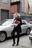 Modemodell som tar på mobiltelefongatastil under modevecka royaltyfri bild