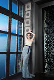 Modemodell Woman i lyxig klänning royaltyfria bilder