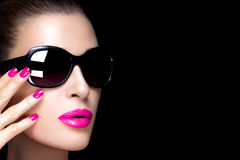Modemodell Woman i svart överdimensionerad solglasögon Färgrikt gör Arkivfoton