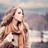 Modemodell Woman Outdoors royaltyfria bilder