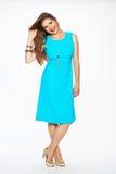 Modemodellen med iklädda blått för långt hår klär Royaltyfria Foton