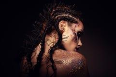 Modemodellen med ljus makeup och färgrikt blänker royaltyfri fotografi