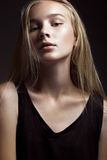 Modemodellen med långt hår, härliga ögon, perfekt hud poserar i studion för visning för fors för glamourprovfoto Arkivfoton