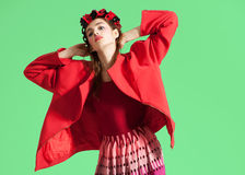 Modemodellen poserar på ljus bakgrund Arkivfoton