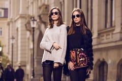 modemodeller som poserar två Royaltyfri Bild