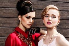 modemodeller som poserar två Arkivbilder