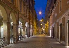 Modena - através da rua de Roma e da academia militar no fundo no crepúsculo Foto de Stock Royalty Free