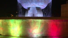 25 10 2018 Modena - dziejowa fontanna w śródmieściu z kolorami krajowy włoski sztandar Fontana dei Fiumi Grazi zdjęcie wideo