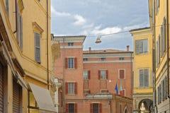 MODENA, ITÁLIA: construções coloridas do centro da cidade Fotografia de Stock Royalty Free