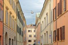MODENA, ITÁLIA: construções coloridas do centro da cidade Imagens de Stock