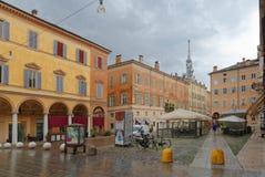 MODENA, ITALIË: de kleurrijke gebouwen van het stadscentrum op een regenachtige dag royalty-vrije stock afbeeldingen