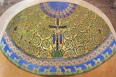 MODENA, ITALI? - APRIL 14, 2018: De fresko van Jesus op het Kruis met st John en Mary in zijapsis van Duomo royalty-vrije stock foto