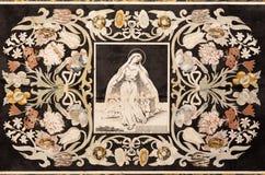 MODENA ITALIEN - APRIL 14, 2018: Den blom- mosaiken Pietra Dura för sten med jungfruliga mary i kyrkliga Abbazia di San Pietro Royaltyfri Foto