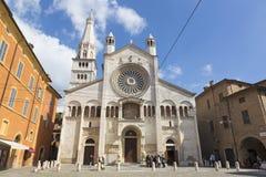 MODENA, ITALIEN - 14. APRIL 2018: Die Westfassade von Di Santa Maria Assunta e San Geminiano Duomo Cattedrale Metropolitana lizenzfreies stockfoto