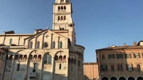 280818 Modena, Italien - Ghirlandina klockatorn och DuomoUnesco-arv från stor fyrkant för piazza stock video