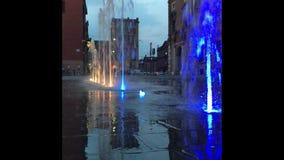 15 10 2018 Modena - luci e fontane davanti all'accademia militare italiana dell'esercito nella piazza Roma di Modena archivi video