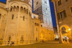 Modena - o di Santa Maria Assunta e San Geminiano de Cattedrale Metropolitana do domo no crepúsculo foto de stock