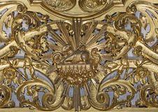 Modena - o relevo policromo barroco cinzelado no altar com o cordeiro do deus no ceter na igreja Chiesa di Sant Barnaba fotos de stock