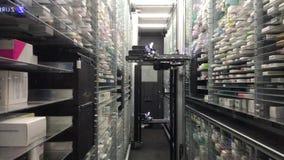 12 09 2018 Modena - robô automático do armazém automático futuro da farmácia da tecnologia para a loja, dispositivo controlado el video estoque
