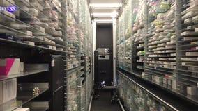 12 09 2018 Modena - tecnologia futura: robô para o armazém automático da farmácia video estoque