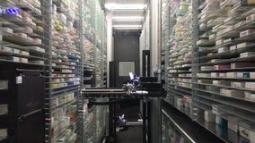 12 09 2018 Modena - toekomstige het pakhuis automatische robot van de technologie automatische apotheek voor opslag, elektronisch stock footage