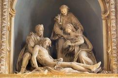 MODENA WŁOCHY, KWIECIEŃ, - 14, 2018: Rzeźbiona grupa świadkowania Pieta krzyż w kościelnym Chiesa Di San Pietro Obraz Stock