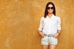 Modenahaufnahmeporträt im Freien der jungen hübschen Frau im sungla Lizenzfreie Stockfotografie