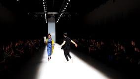 Modenschau während Mercedes Benz Fashion Day St Petersburgs 2016 stock video footage