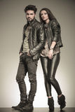 Modepaare in der zufälligen Lederjackeaufstellung Stockbild