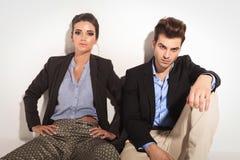 Modepaare, die auf dem Boden sitzen Stockbild
