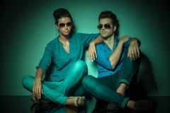 Modepaare, die auf Studiohintergrund stillstehen Stockfotos