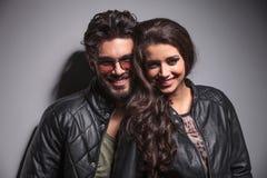 Modepaare, die für die Kamera lächeln Lizenzfreie Stockfotos
