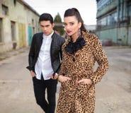 Modepaare, die nahe alter Fabrik aufwerfen Stockfoto