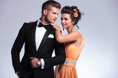 Modepaare mit Frau hinter Mann Stockfotografie