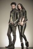 Modepar i tillfälligt posera för läderomslag Fotografering för Bildbyråer