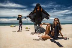 Modepar på stranden arkivfoton