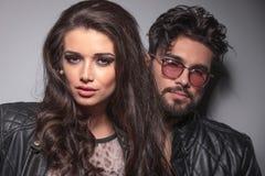 Modepar som poserar för kameran Fotografering för Bildbyråer