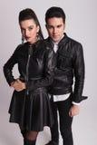 Modepar som poserar på grå studiobakgrund Royaltyfria Bilder