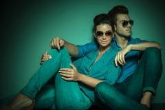 Modepar som poserar på studiobakgrund Royaltyfria Foton