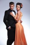 Modepar som ser till deras sida royaltyfria bilder