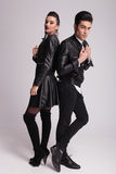 Modepar som tillbaka poserar för att dra tillbaka Royaltyfria Bilder
