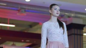 Modepassageshowen, professionell modellerar i Hög-heeled skor i aftonklänningar på podiet, modellerar i klänning stock video