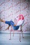 Modephotoshoot av den attraktiva europeiska kvinnan med rosa hår och ljus färgrik makeup, stilfull kvinna med rosa färger arkivbilder