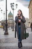 Modeporträt der schönen überzeugten Frau, die in Straße geht stockbild