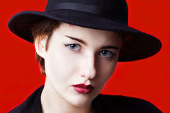 Modeporträt auf rotem Hintergrund Stockfotos