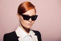 Modeporträt der ernsten Frau gekleidet als Geheimagent Lizenzfreie Stockfotos